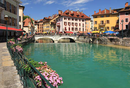 The Thiou river flowing in the historic center of Annecy. Archivio Fotografico