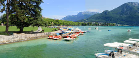 Mooring of leisure boats on the shore of Lake Annecy. Archivio Fotografico