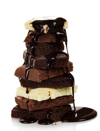 초콜릿 조각 흰색에 고립, 뜨거운 녹은 초콜릿 물결 무늬가있다 스톡 콘텐츠