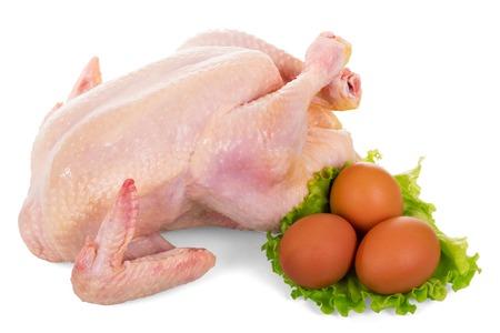 karkas: Hele rauwe kippenvlees, sla en eieren op een witte achtergrond. Stockfoto