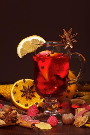 오렌지, 정 향, 아니 스 및 계 피 갈색 배경 mulled 와인.