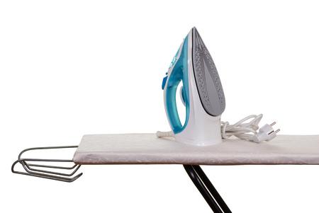 Ferro da stiro e ferro da stiro isolato su sfondo bianco.