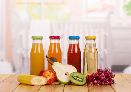 Bouteilles avec du jus de fruits frais sur un fond de la cuisine. Nourriture pour bébés.