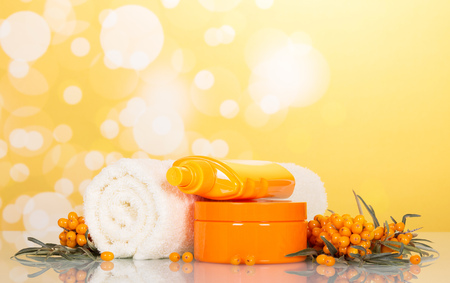 argousier: Towel and Sea-Buckthorn on abstract yellow background. Banque d'images