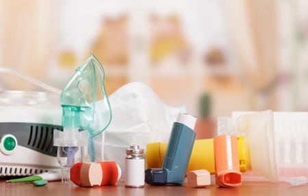압축기 및 초음파 분무기, aerochamber, 흡입기, 온도계 및 의약품 추상 분홍색 배경에 천식 치료.
