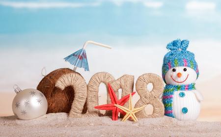 새 해 비문 2018, 눈사람 및 화이트 크리스마스 공, 빨 대와 우산, 불가사리 모래에 코코넛.