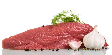Ein Stück rohes Rindfleisch, Gewürze, Knoblauch und Dill getrennt auf weißem Hintergrund. Standard-Bild - 88003739
