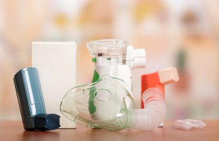 Nebulizador, inhalador, medidor de flujo máximo, espaciador, nebulosa, medicamentos antiinflamatorios para controlar el asma. Concepto de asma Bronchi