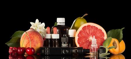 전기 담배, 검정색 배경에 고립 된 신선한 과일과 담배에 대 한 다양 한 액체의 집합 스톡 콘텐츠