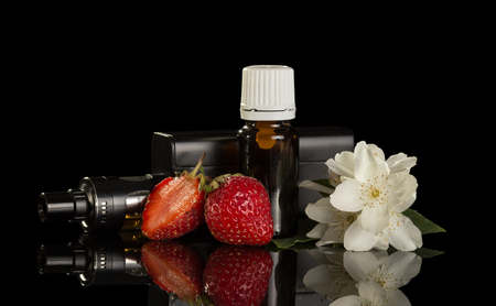 검은 배경에 고립 된 전자 담배 흡연을위한 과일 향기가있는 액체