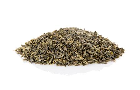 Mucchio fragrante di tè verde asciutto isolato su fondo bianco Archivio Fotografico - 92270035