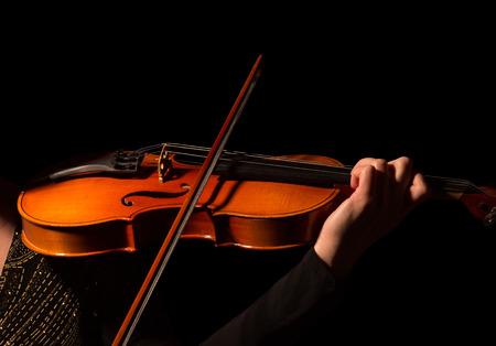 黒い背景に隔離されたバイオリンを演奏するミュージシャンの手 写真素材 - 92270336