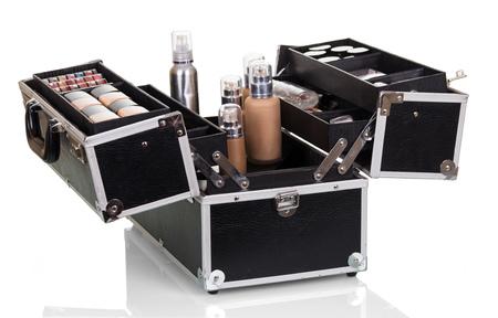 Custodia per il trasporto cosmetica professionale con set per il trucco isolato su bianco