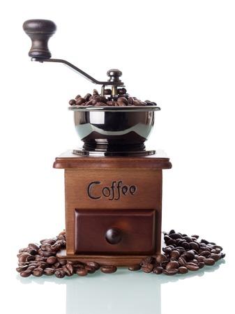 Handmolen en koffiebonenclose-up op wit wordt geïsoleerd dat