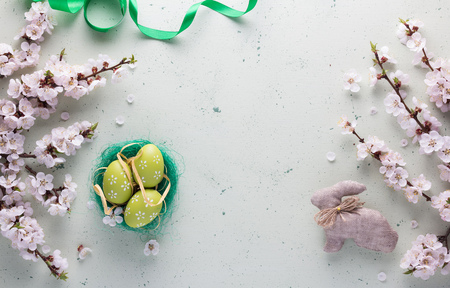 Easter composition of flowering twigs of the nest with colorful Easter eggs and rabbit handmade 版權商用圖片