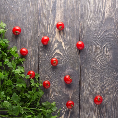 Top view. Fresh tomatoes and parsley on a wooden boards 版權商用圖片 - 124678337