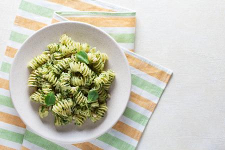 Top view. Fresh delicious pasta with pesto sauce 版權商用圖片 - 124678371