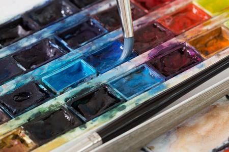 Macro. Brush and professional colorful watercolor paints closeup 版權商用圖片 - 124678718