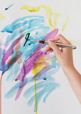 Abstract strokes of different colors with a brush and water colors on paper, easel 版權商用圖片 - 124678726