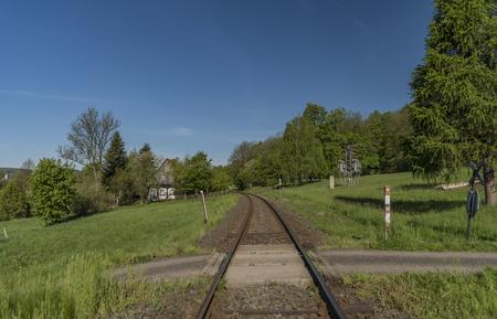 Frühlingsmorgen mit Bahnstrecke und grünen Wiesen