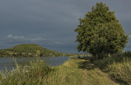 terezin: Vicino al fiume Labe prima della tempesta nella sera estiva della Boemia settentrionale
