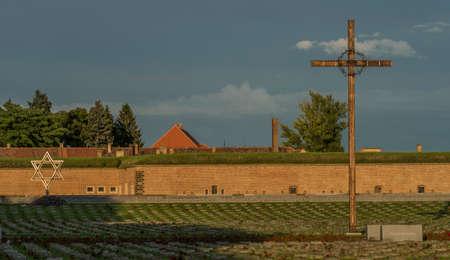 terezin: Croce nella città di Terezin in estate sera calda con grande fortezza
