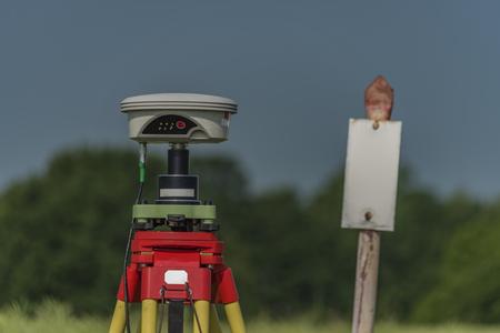 Herramientas GPS en el campo de ortigas en verano en el sur de Bohemia