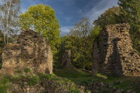 Alte Ruine der Kirche des Heiligen Bartolomej in der Nähe des Dorfes Besiny in Südböhmen am Herbsttag Standard-Bild