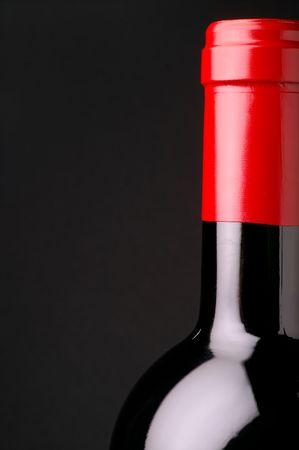 intoxicant: Vino rosso Closeup bottiglia con capsula rosso e nero