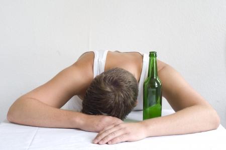 alcoolisme: Homme avec une bouteille de bi�re. Espace au-dessus du texte. Banque d'images