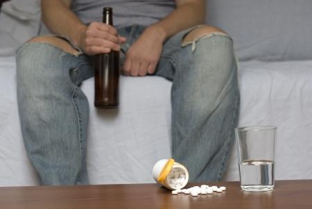 hombre solitario: Hombre solitario solo en casa. Drogas en la mesa. Dark, fuera de foco de fondo.