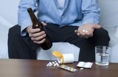 drogue: Homme d'affaires faisant une utilisation mixte de drogues et d'alcool.