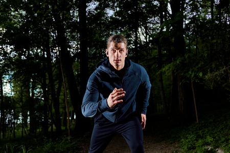 hacer footing: Hombre joven que activa en la noche. Foto de archivo