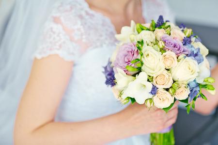 Mooi bruiloft boeket bloemen in handen van de bruid Stockfoto