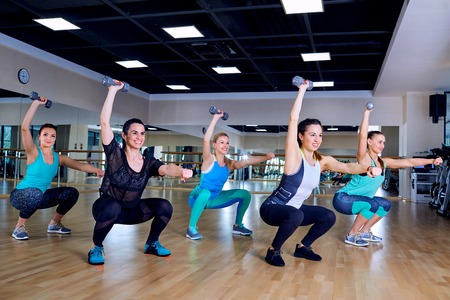 synchronously: Group training of girls in the gym.