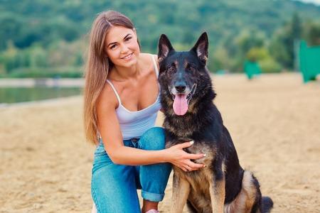 Mädchen mit einem Hund im Park . Deutscher Schäferhund mit einer Frau in der Natur Standard-Bild - 86503198