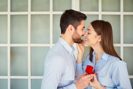 Huwelijksaanzoek. Voorstel man vraagt trouwen met zijn vriendin. Stockfoto