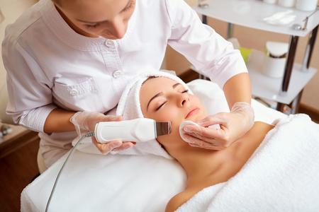 Vrouw op gezichts skincare-procedure. Hardware cosmetica.