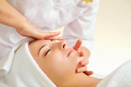 Mooie vrouw bij een gezichtsmassage bij een kuuroordsalon.