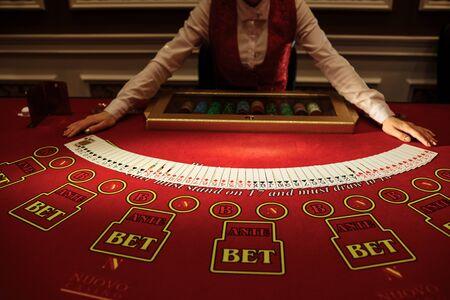Krupier w kasynie tasuje karty przy stole. Hazard Zdjęcie Seryjne