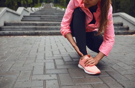 Injury leg foot runner on a run. The pain in the leg of the girl athlete. Stockfoto