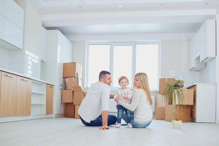 Reubicación familiar feliz en casa nueva en el día de la mudanza.