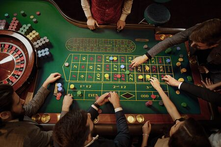 Top view of people playing roulette poker at the table in a casino. Stockfoto