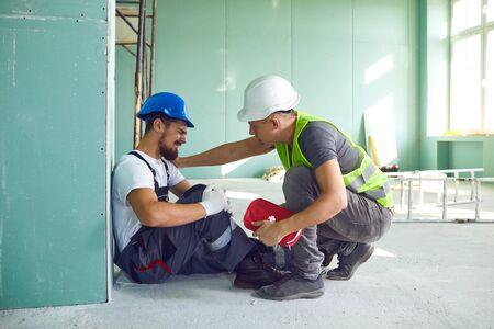 Accident de travailleur de la construction avec un travailleur de la construction. Premiers secours en cas d'accident du travail.