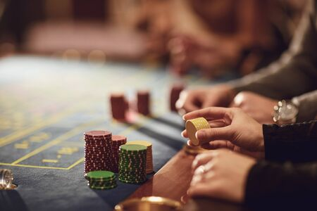 People gamblers play make bets while sitting at the roulette table in a casino. Banque d'images - 137129655