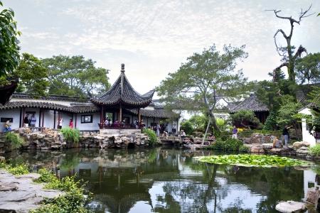 Chinese klassieke tuin met paviljoens en vijver in Suzhou, China