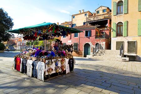 mascaras de carnaval: Hermosa vista de Venecia con las m�scaras de carnaval Editorial