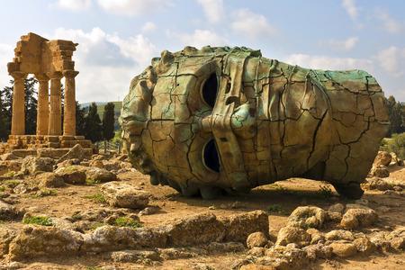 templo griego: Agrigento, Sicilia. Famoso Valle dei Templi, Patrimonio de la Humanidad por la UNESCO. Templo griego, que queda del Templo de Cástor y Pólux. Foto de archivo