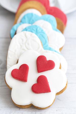 pasta di zucchero: Biscotti di pasta frolla a forma di cuore decorato con pasta di zucchero