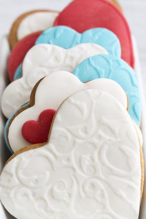 pasta di zucchero: Biscotti frollini a forma di cuore decorato con pasta di zucchero Archivio Fotografico